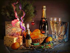 Фотография Рождество Праздники Натюрморт Игристое вино Мандарины Конфеты Бутылка Бокалы Подарки Пища