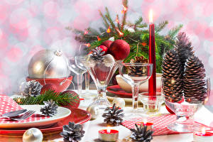 Фото Рождество Праздники Сервировка Свечи Шишки Бокалы Шарики