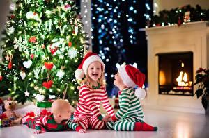 Фото Рождество Праздники Втроем Елка Шапки Девочка Мальчишки Младенцы Смеется ребёнок