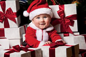 Обои для рабочего стола Рождество Младенцы Шапки Подарков Смотрит Миленькие ребёнок