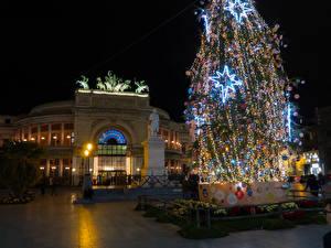 Картинки Новый год Италия Сицилия Дома Памятники Новогодняя ёлка Электрическая гирлянда Ночью Palermo город