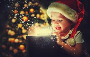 Картинка Новый год Девочки Шапки Подарки Дети