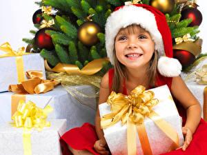 Фотографии Новый год Девочки Шапки Подарки Улыбка Ребёнок