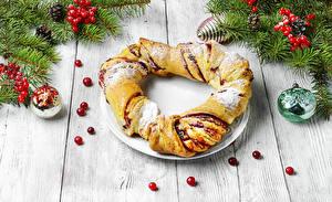 Картинки Рождество Выпечка Ягоды Рулет Доски Ветвь Шишки Шар Пища