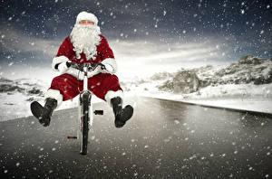 Картинка Рождество Дед Мороз Униформа Велосипед Снега Снежинки Смешные