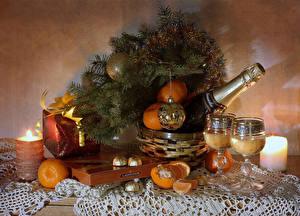 Картинки Новый год Натюрморт Свечи Шампанское Мандарины Конфеты Ветки Подарки Шарики Бокалы Бутылка Пища