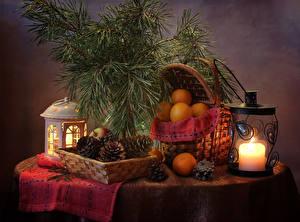 Фотография Новый год Натюрморт Свечи Мандарины Ветвь Шишки Корзинка Фонарь Продукты питания