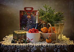 Картинка Рождество Натюрморт Игристое вино Мандарины Орехи Конфеты Бокалы Коробка Стол Пища