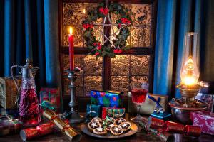 Обои Рождество Натюрморт Керосиновая лампа Свечи Вино Кувшин Бокалы Подарки Пища