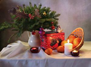 Фотографии Новый год Натюрморт Мандарины Свечи Ваза Ветки Шарики Продукты питания