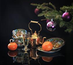 Фотография Рождество Натюрморт Мандарины Чайник Черный фон Ветвь Шар Чашка Тарелка Пища