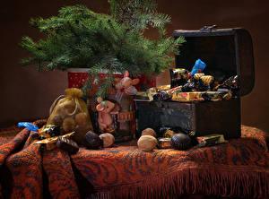 Фото Рождество Натюрморт Орехи Конфеты Шоколад Ветки Сундук сокровищ Пища