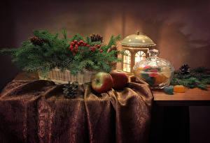 Картинка Новый год Натюрморт Сладости Мармелад Яблоки Ветвь Фонарь Шишки Стол Еда