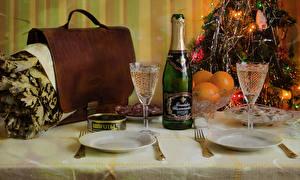 Фото Новый год Сервировка Шампанское Апельсин Бутылка Бокалы Тарелка Продукты питания