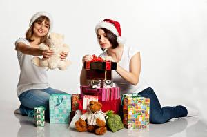 Обои Новый год Плюшевый мишка Белый фон 2 Шапки Подарки Руки Девушки