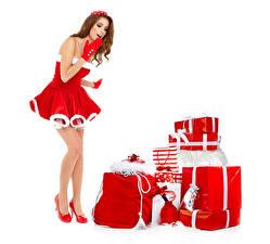 Фотографии Рождество Белый фон Шатенка Униформа Платья Подарки Туфлях Удивление девушка