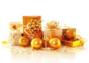 Фото Новый год Белый фон Подарки Шар Золотой