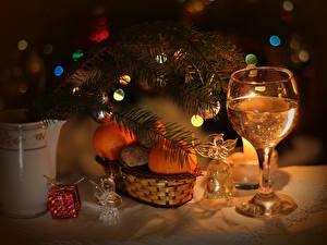 Картинка Праздники Рождество Шампанское Мандарины Ветвь Бокалы Колокольчики Пища