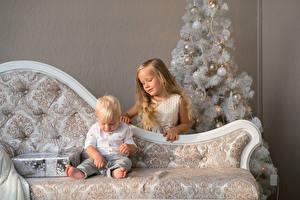 Картинка Праздники Новый год Новогодняя ёлка Диване 2 Мальчики Девочки Подарки ребёнок