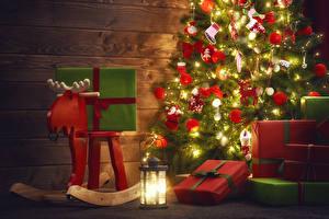 Картинка Праздники Рождество Олени Елка Подарки Электрическая гирлянда Фонарь Шарики