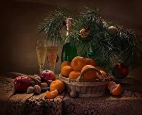 Обои Праздники Рождество Натюрморт Мандарины Игристое вино Орехи Яблоки Корица Ветвь Шар Корзина Бутылка Бокалы Пища