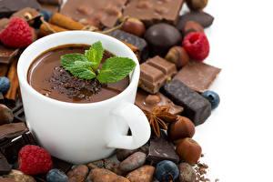Картинка Горячий шоколад Шоколад Орехи Малина Белый фон Чашка