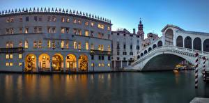 Фото Италия Дома Вечер Мосты Венеция Водный канал Города