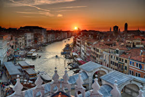 Картинка Италия Рассветы и закаты Здания Венеция Водный канал Солнце Города