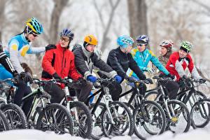 Картинки Мужчины Велосипед Шлем Спорт