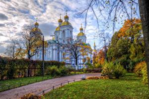 Картинки Россия Санкт-Петербург Осенние Храмы Церковь Кусты Cathedral of St. Nicholas