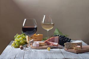 Фотография Натюрморт Вино Виноград Сыры Ветчина 2 Бокалы Разделочная доска Пища