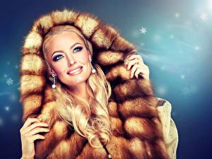 Картинки Блондинка Лицо Улыбка Меховая одежда Руки Девушки
