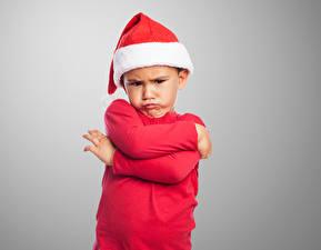 Фотография Новый год Мальчики Шапки Руки Лицо Хмурость ребёнок