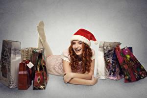 Фотографии Рождество Серый фон Шапки Рыжая Подарки Города