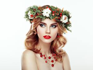 Фото Рождество Украшения Белый фон Блондинка Ветвь Лицо Девушки