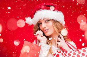 Обои Новый год Красный фон Блондинка Улыбка Шапки Девушки