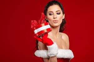 Фотография Новый год Красный фон Шатенка Подарки Девушки