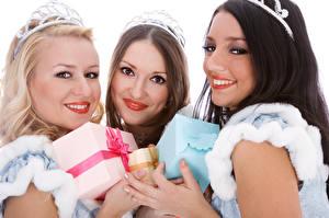 Фотография Новый год Белый фон Втроем Улыбка Подарки Девушки
