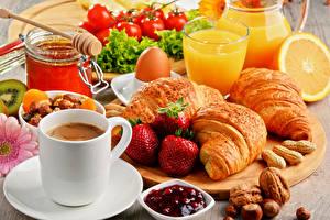 Картинка Кофе Круассан Сок Орехи Клубника Завтрак Чашка Стакан Яйца Продукты питания