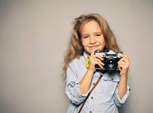 Обои Цветной фон Девочки Улыбка Руки Фотокамера