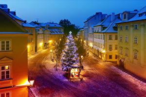 Картинки Чехия Прага Новый год Дома Улица Елка Ночью Электрическая гирлянда Уличные фонари Города
