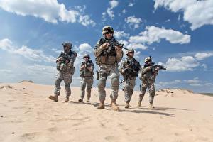 Фотография Пустыни Солдаты Автоматы Униформа Армия