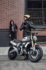 Фотографии Ducati Мужчина Мотоциклист Шлем 2018 Scrambler 1100 Special Мотоциклы
