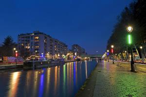 Картинка Франция Вечер Здания Реки Причалы Париж Уличные фонари Города