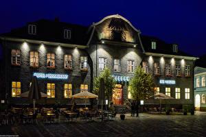Фото Германия Здания Улица Кафе Зонт Деревья Goslar Города