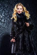 Фотография Серый фон Блондинок Шуба Смотрит молодая женщина