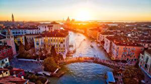 Картинки Италия Здания Речка Мосты Рассветы и закаты Венеция Города