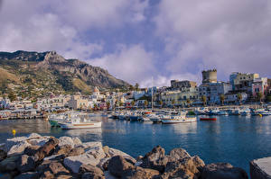 Картинки Италия Здания Камень Причалы Катера Залив Forio Ischia Города