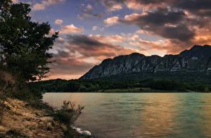Обои Италия Озеро Горы Берег Небо Облака Castel San Vincenzo Природа