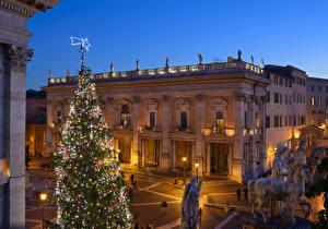 Обои Италия Рим Рождество Здания Вечер Скульптуры Новогодняя ёлка Электрическая гирлянда Уличные фонари Capitoline Hill Города
